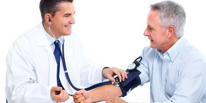 Врач измеряет давление пожилому мужчине