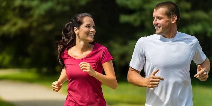 Девушка и парень на пробежке в парке