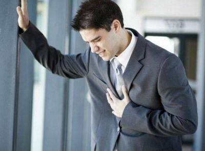парень с рукой на сердце