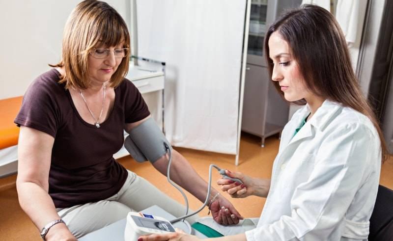 Измерение давления у доктора