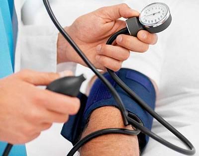 врач измеряет человеку давления