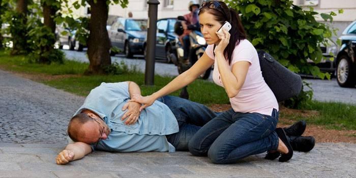 Девушка вызывает скорую для мужчины в обмороке