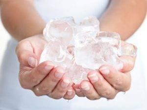 Прикладывание льда на затылок