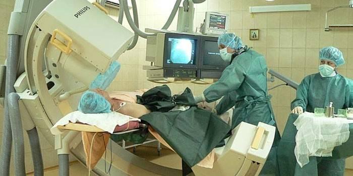 Врачи и больной в операционной