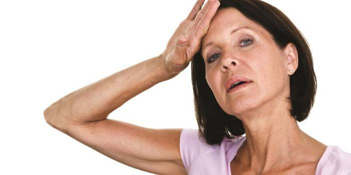 Женщина держит руку на голове