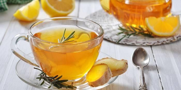 Имбирный чай с розмарином в чашке