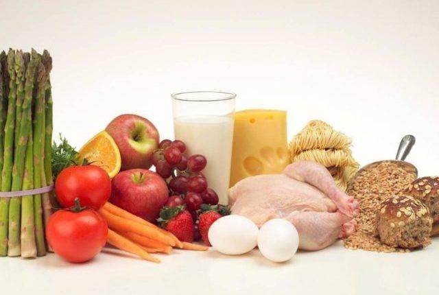 Для снижения уровня холестерина в крови рекомендуется исключить жирные белковые продукты из рациона. Ограничение соли снижает риск гипертонии