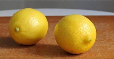 два лимона на столе