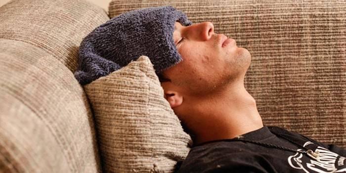 Мужчина отдыхает на диване