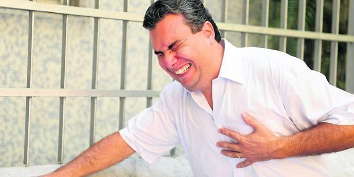 Приступ острой боли в области сердца у мужчины